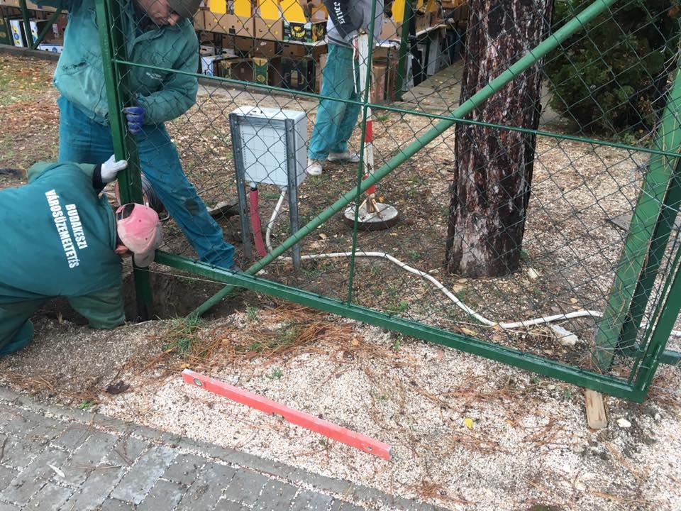 EFMK parkolója felé kerítés kaput telepítünk