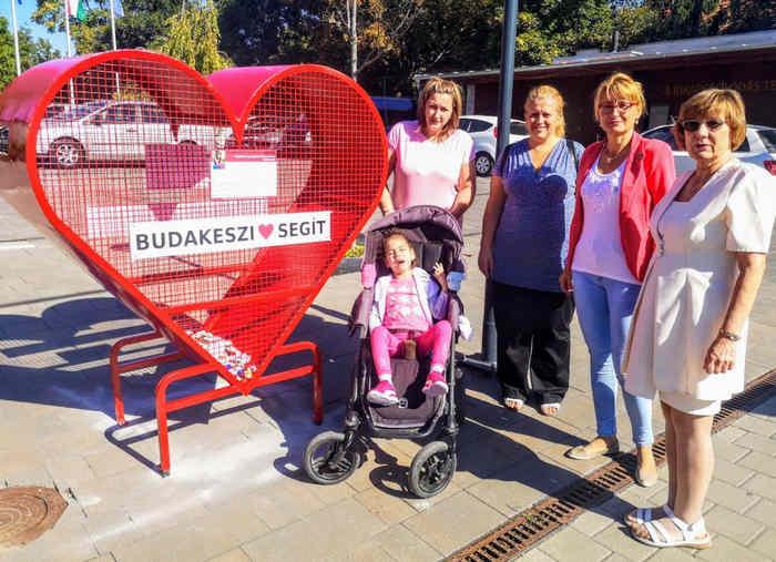 Kupakgyűjtő szív a Városháza előtt Telegdi Szimonettának